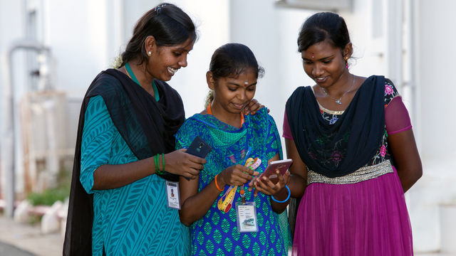 Garment factory workers in India receive their salaries on their mobile phone | ©BSR