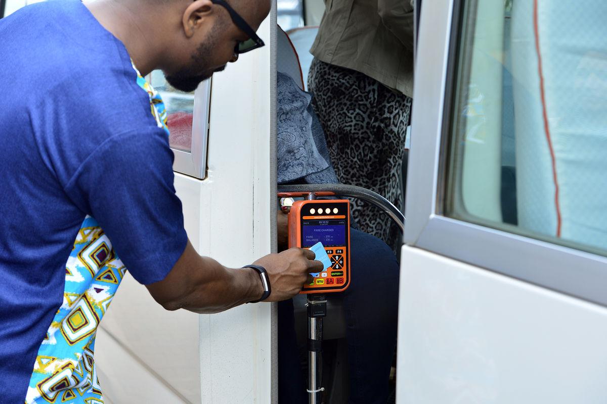 Rwanda man pays bus fare with card, © Better Than Cash Alliance